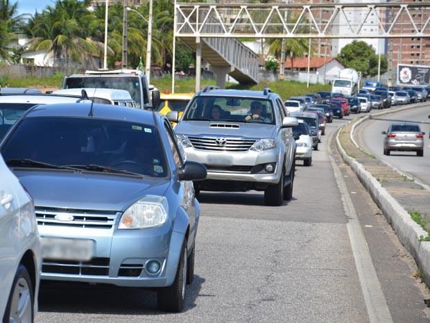 O trânsito ficou lento no local e até as 15h ainda não estava totalmente liberado, com uma das faixas da rodovia interditada. (Foto: Walter Paparazzo/G1)