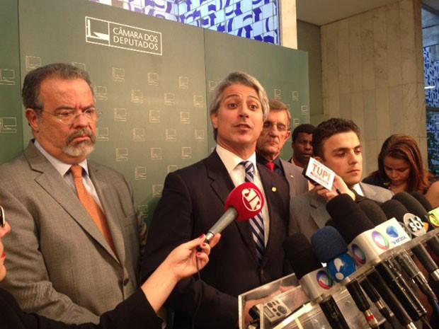 Os deputados Alessandro Molon (PT-RJ), ao centro, e Raul Jungmann (PPS-PE), ao anunciarem ação no Supremo contra aprovação pela Câmara de proposta de redução da maioridade penal (Foto: Nathalia Passarinho / G1)