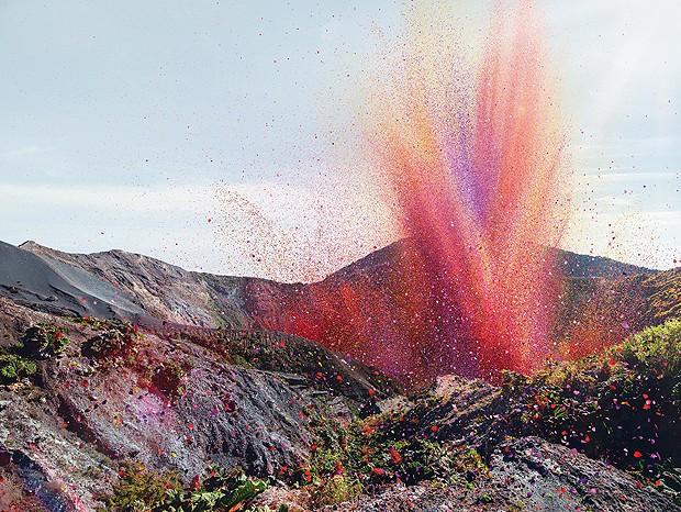 Erupção de vulcão teve pétalas de flores, em vez de lava (Foto: Nick Meek )