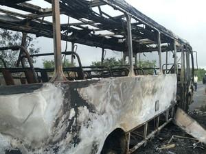 Ônibus pega fogo em rodovia paraibana (Foto: Eudes Marques / TV Paraíba)