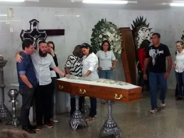 Corpo do repórter cinematográfico Luiz Quilião em capela de cemitério de Brasília (Foto: Isabella Calzolari/G1)