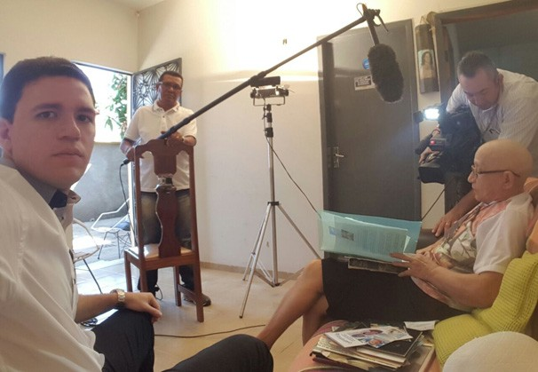 Felipe Pereira em conversa com uma paciente em tratamento (Foto: Rede Clube)
