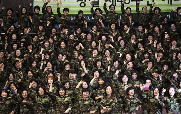 Soldados dançam o 'Gangnam Style' em Seul (Foto: Ahn Young-joon/AP)