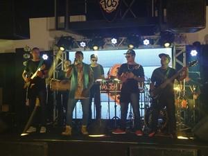 Lázaro Santana e banda inauguraram a última apresentação da primeira fase do 'Garagem  Acústica' (Foto: Fernando Petrônio)