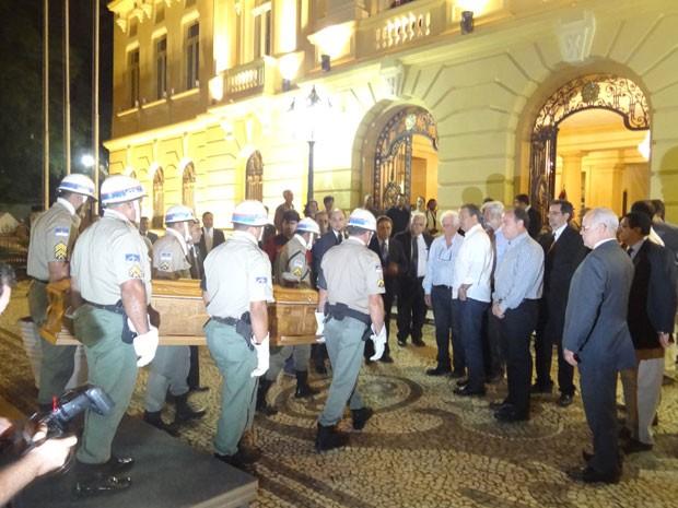 Corpo de Ariano Suassuna chega ao Palácio do Campo das Princesas, Centro do Recife (Foto: Vitor Tavares/G1)