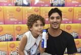 Gabriel Medina vive dia de vendedor em farmácia para promover instituto
