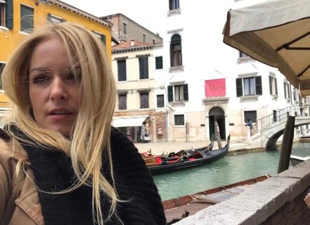 Luciana Vendramini faz passeio de barco em Veneza (Foto: Reprodução/Instagram)