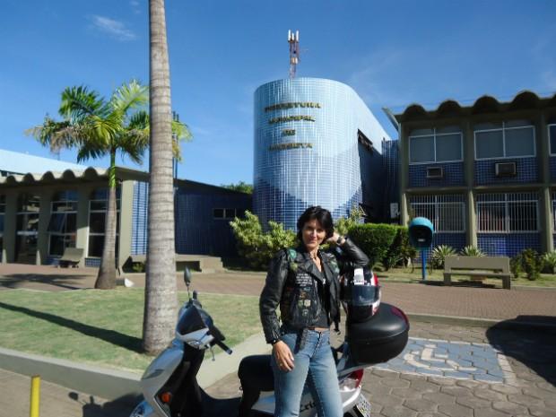 Para provar que havia percorrido todos os municípios do estado, Cristal precisou tirar fotos na frente de todas as prefeituras (Foto: Arquivo Pessoal/ Lucimara Marques)