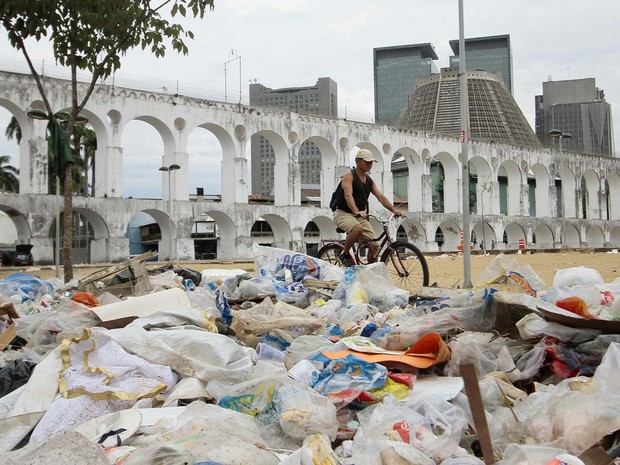 Lixo se acumula na Lapa, em frente ao cartão-postal dos Arcos (Foto: Ale Silva/Futura Press/Estadão Conteúdo)