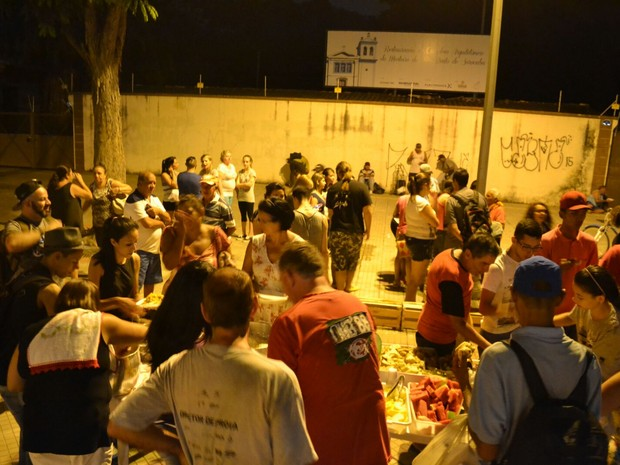 Grupo faz ceia de Natal para moradores de rua em Sorocaba (Foto: Divulgação / Associação Juventude Amiga)