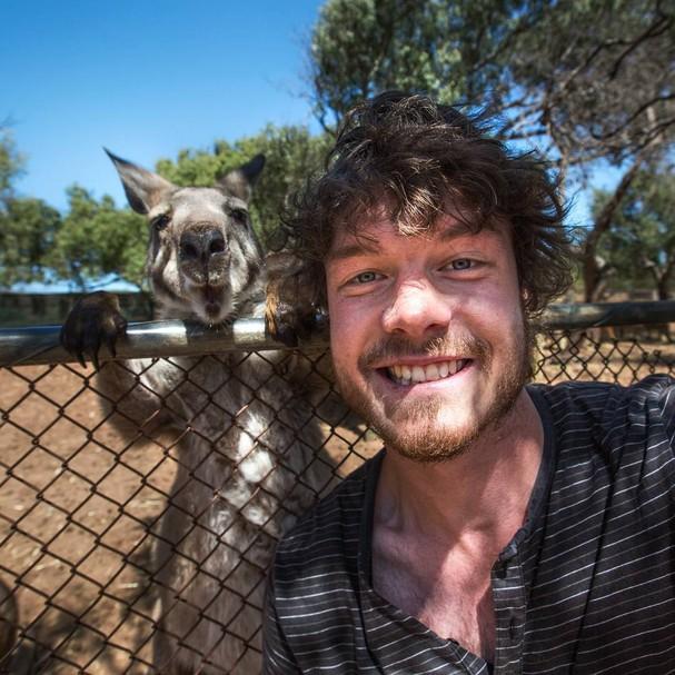 Posando com um canguru em Kalbarri na região oeste da Austrália  (Foto: Reprodução Instagram)