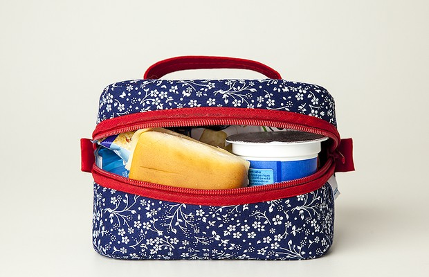 Lancheira Mini (R$ 60), da Laurina (http://www.laurina.iluria.com/) | Modelo compacto, cabe em qualquer bolsa ou mochila. Tem 17 cm de largura, 13 cm de comprimento e 9cm de largura (Foto: Divulgação)