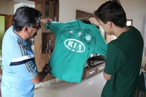 Nilton Cosson e Igor Mota, pai e filho, têm camisa autografada por quase todo o elenco de 2012 (Foto: João Paulo Maia)