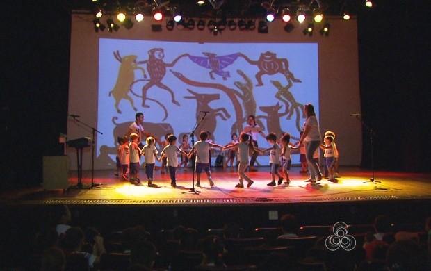 Alunos de Boa Vista celebram o Dia do Folclore (Foto: Roraima TV)