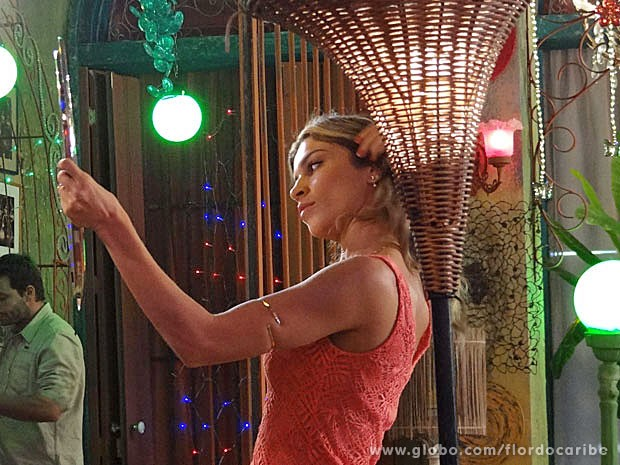 Grazi dá último retoque no cabelo antes de gravar cena (Foto: Flor do Caribe / TV Globo)