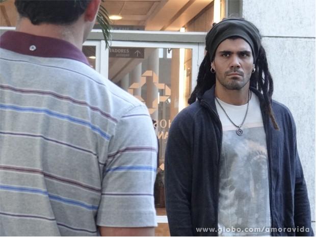 Ninho vai deixar Bruno com uma pulga atrás de orelha (Foto: Amor à Vida / TV Globo)