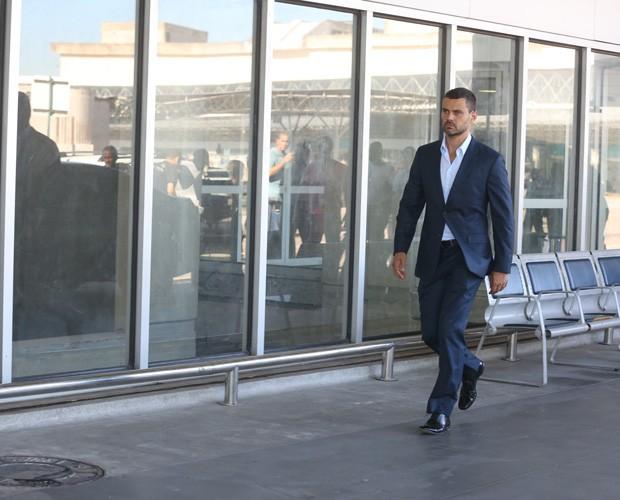 Maurílio caminha pelo aeroporto (Foto: Pedro Curi / GShow)