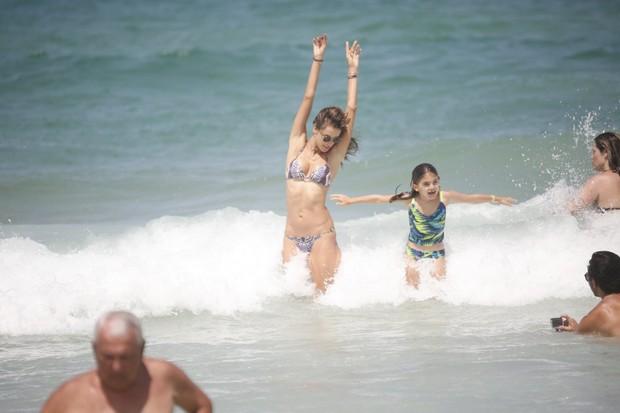 Alessandra Ambrósio e a filha Anja em praia de Florianópolis (Foto: Agnews)