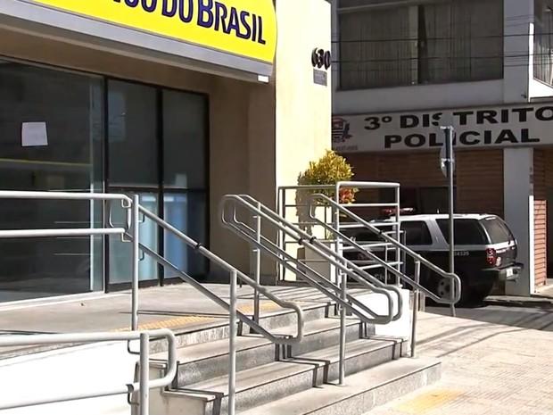 Agência fica na frente de distrito policial de Jundiaí (Foto: Reprodução/TV TEM)