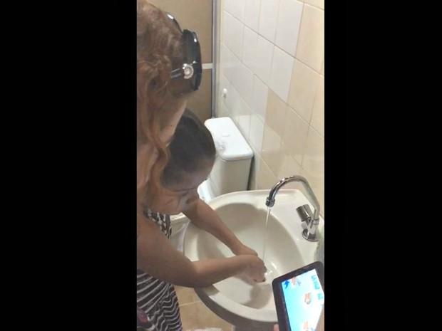 Menina de seis anos com autismo usa aplicativo para conseguir lavar as mãos sozinha  (Foto: Arquivo pessoal)