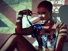 Careca e sexy: Babi Rossi posta nova foto de campanha publicitária