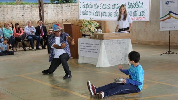A coordenadora regional do projeto, Kaisa Martins Abeche e o mascote Léo. (Foto: Divulgação/RPCTV)