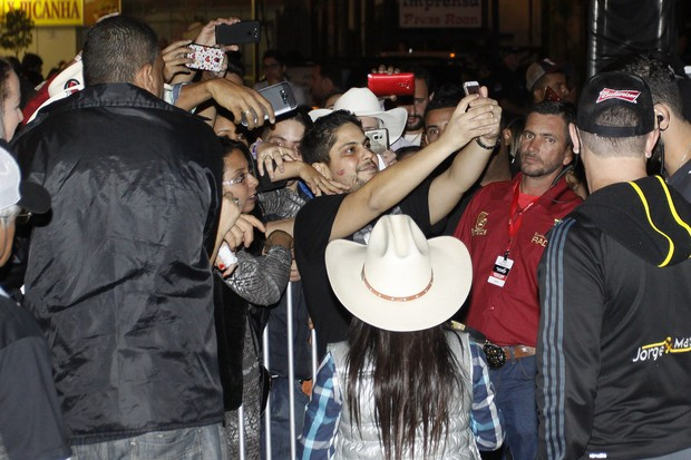 Jorge atende fãs na porta de camarim (Foto: Celso Tavares/EGO)