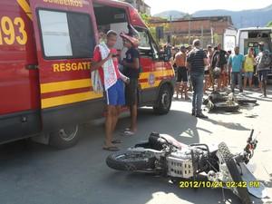 Corpo de bombeiros prestando os primeiros socorros no local do acidente. (Foto: Elias Soares)