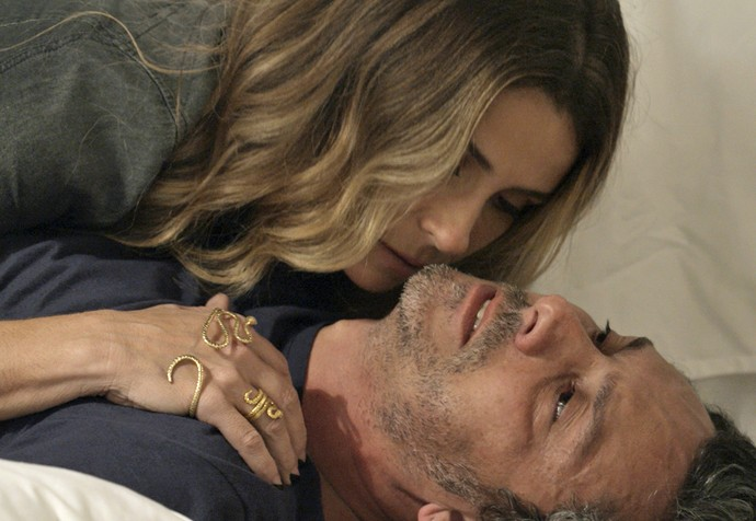 Depois de trancar Tóia, Atena socorre Romero... (Foto: TV Globo)