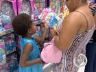 Às vésperas do Natal, consumidores lotam shoppings em São José