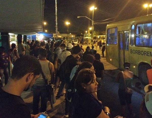 Impacientes com a espera, alguns passageiros tentaram subir em ônibus antes do desembarque dos demais usuários (Foto: Vitor Tavares/G1)