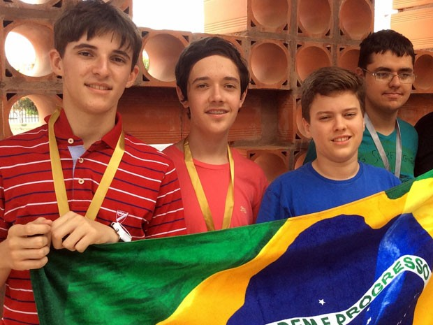 Os estudantes Mateus, Pedro, Bruno e Andrey após premiação na Olimpíada de Matemática da Comunidade dos Países de Língua Portuguesa (Foto: Divulgação/IMPA)
