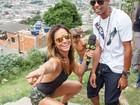 De shortinho, Sabrina Sato dança funk até o chão em favela carioca