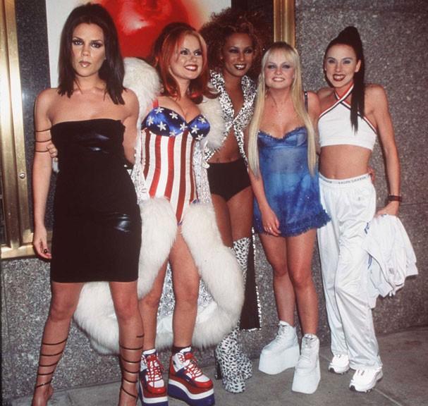 Mel B entre Victoria, Geru, Mel C e Emma nos tempos de Spice Girls (Foto: Getty Images)
