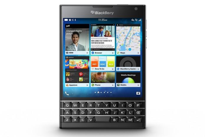 BlackBerry Passport é um aparelho quadrarão com teclado físico e tela touchscreen (Foto: Divulgação/BlackBerry)