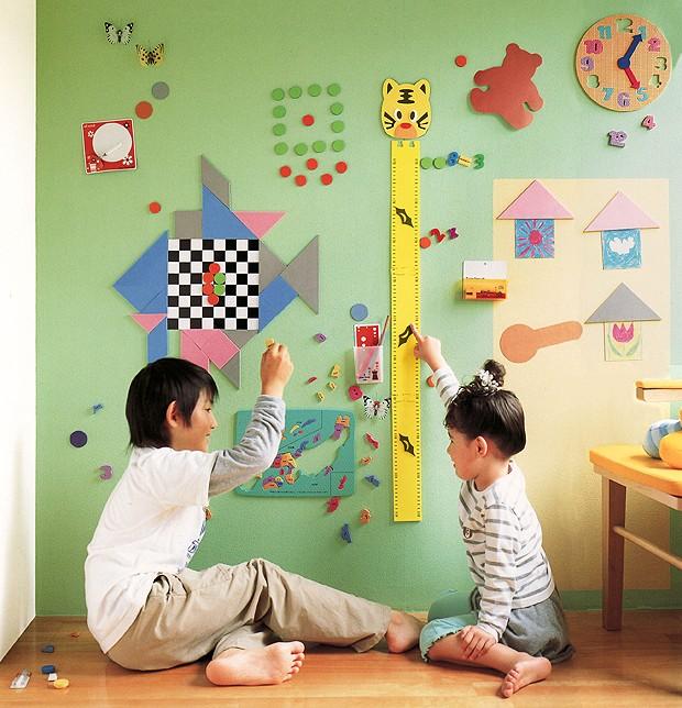 Crianças brincam com peças com ímã (Foto: Divulgação)