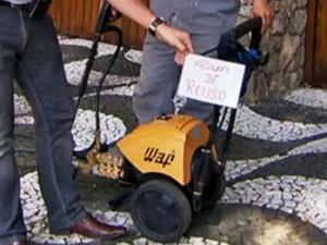 Prédios de SP reciclam água e usam placa para explicar reuso na calçada