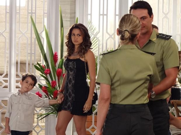 Morena repara que Théo e Érica estão de mãos dadas (Foto: Salve Jorge/ TV Globo)