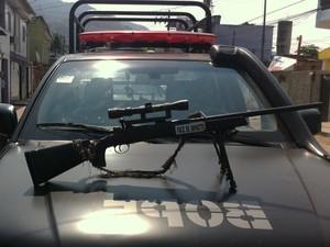 Fuzil apreendido na mata pela polícia, estava adaptado para tiro de longa distância (Foto: Janaína Carvalho / G1)