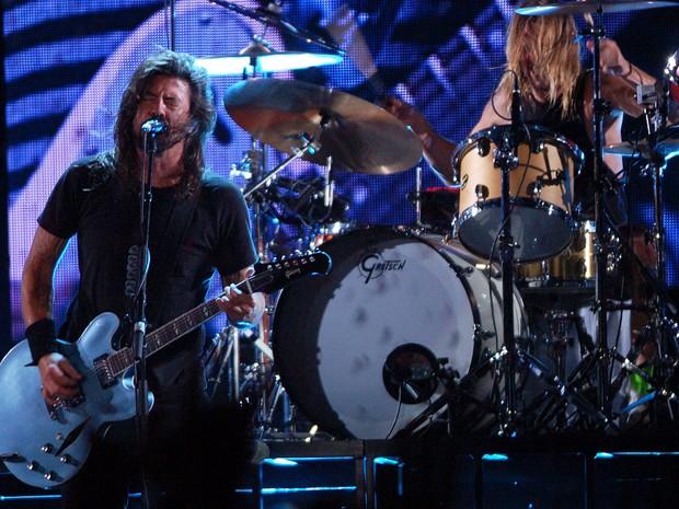 Com o baterista Taylor Hawkings ao fundo, Dave Grohl comanda o público do Foo Fighters durante show da banda no Estádio do Morumbi, em São Paulo (Foto: Fábio Tito/G1)