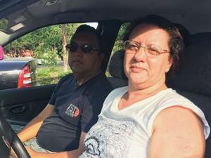 A pedagoga Marina Wetzel e o marido, Joel, esperam 40 minutos na fila para abastecer o carro a R$ 3,29 (Foto: Luiza Garonce/G1)