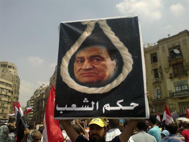 Cartaz mostra Mubarak 'enforcado' durante protesto que derrubou o regime (Foto: Aldo Sauda/G1)