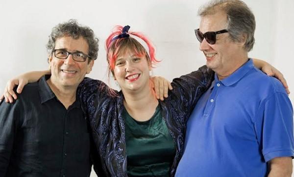 """Alice entre Mario Adnet e Paulo Jobim: cantora escolheu a música """"Falando de amor"""" para cantar no DVD (Foto: Divulgação)"""