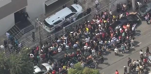 Carro chega para levar o corpo de Domingos Montagner (Foto: Reprodução/ Globo)