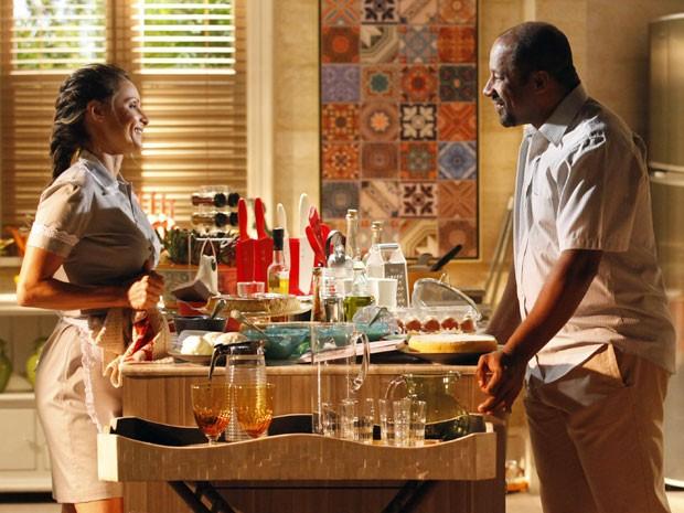 Doralice se derrete e Quirino é só sorrisos ao lado da gata (Foto: Flor do Caribe/TV Globo)