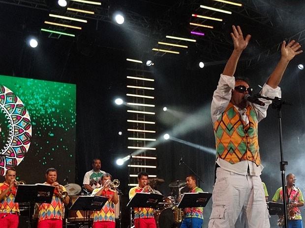 Maestro Forró e a Orquestra Popular da Bomba do Hemetério, em show no Recife (Foto: Luna Markman / G1)