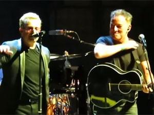 Bruce Springsteen particpa do show do U2 em Nova York (Foto: Reprodução/YouTube/atu2)