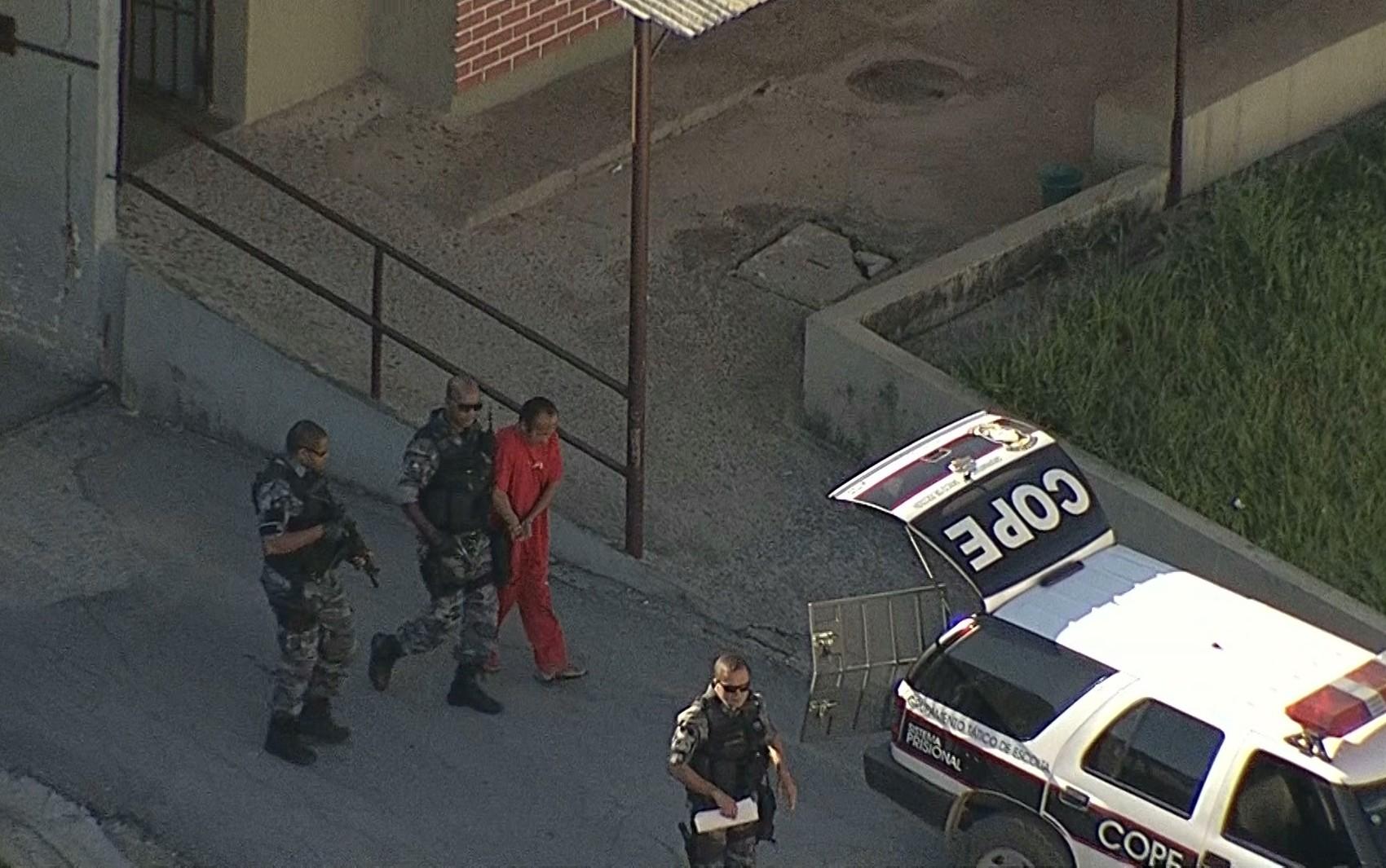 Jaílson deixa a Penitenciária Nelson Hungria no segundia dia de júri do caso Eliza Samudio. (Foto: Reprodução/TV Globo)