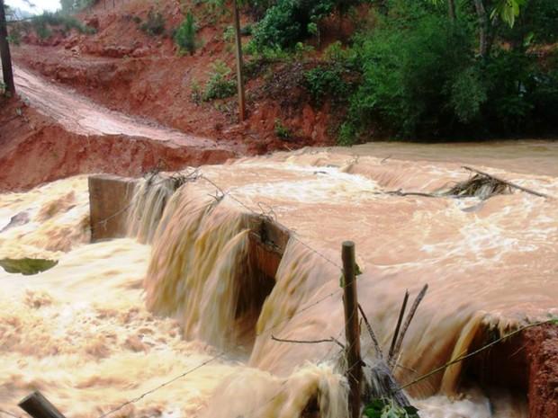 Em Santa Maria de Jetibá, Espírito Santo, uma propriedade está completamente ilhada. A única via de acesso foi tomada pela chuva (Foto: Daniela Hâmerly Soares Hartwig/ VC no G1)