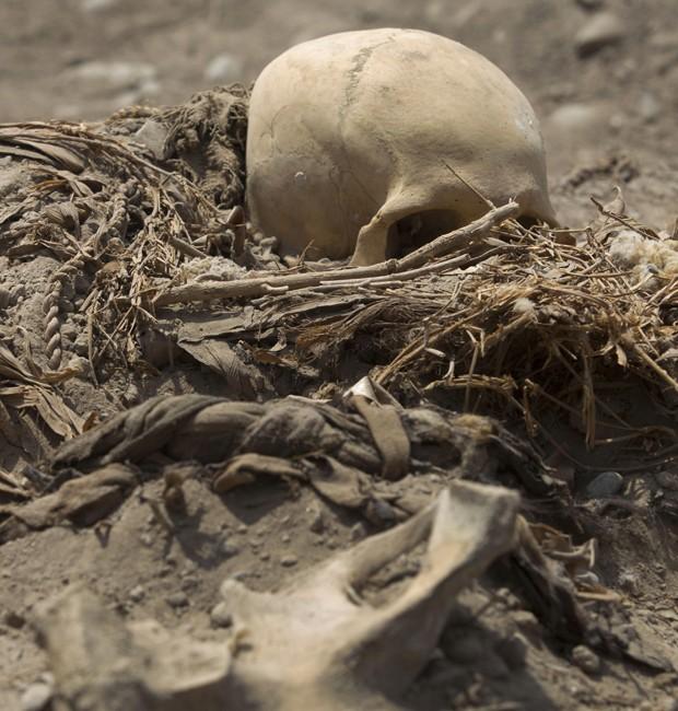 Foram identificadas 11 tumbas no complexo esportivo peruano (Foto: Martin Mejia/AP)
